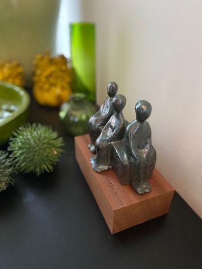 Afbeeldingen van Beeldje op houten sokkel. Eenzaamheid